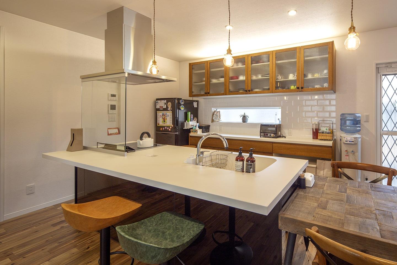 遊び心のある家のDining Kitchen