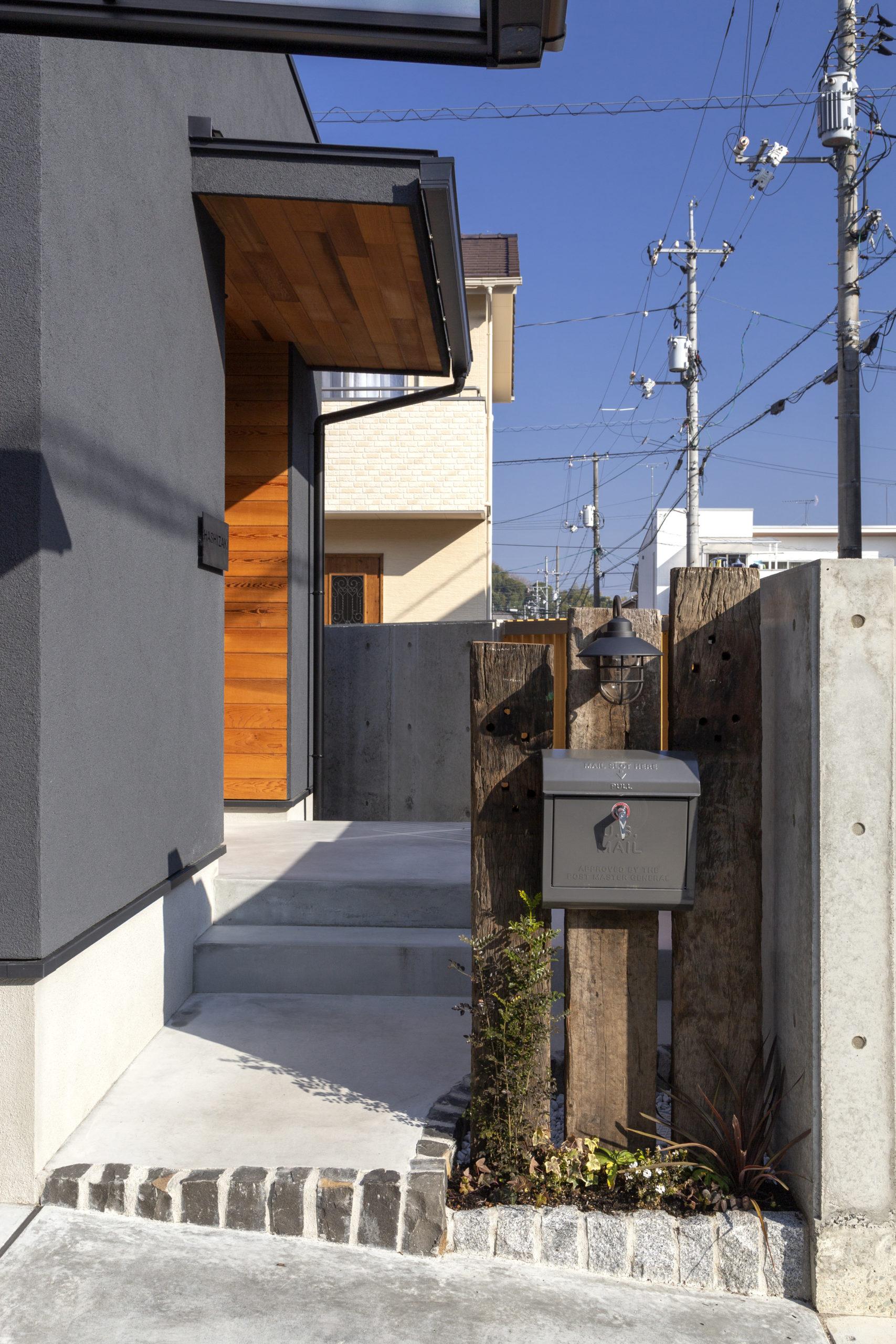 福山市の注文住宅|今井住建の施工事例ギャラリー「玄関の羽目板は目を引くアクセントに」
