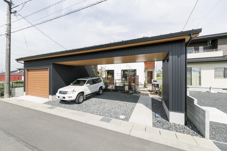 黒×白のガレージのある家
