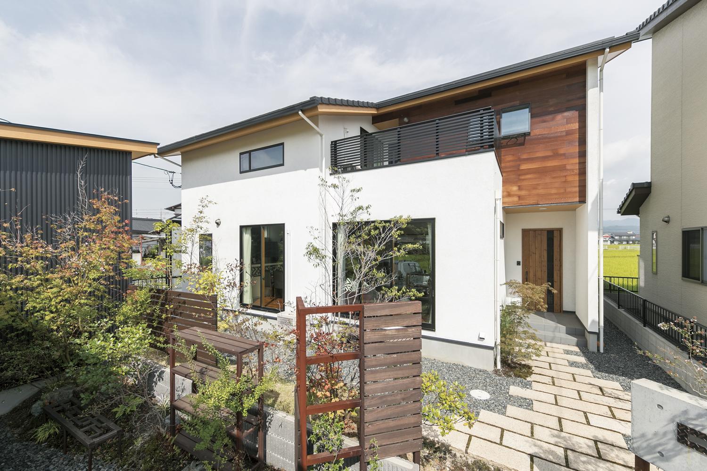 福山市の注文住宅|今井住建の施工事例ギャラリー「ガレージから玄関に続くタイルが素敵」