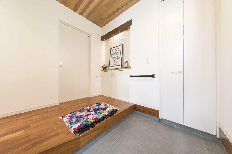 福山市の注文住宅|今井住建の施工事例ギャラリー「白と木目を基調としたシンプルな玄関」