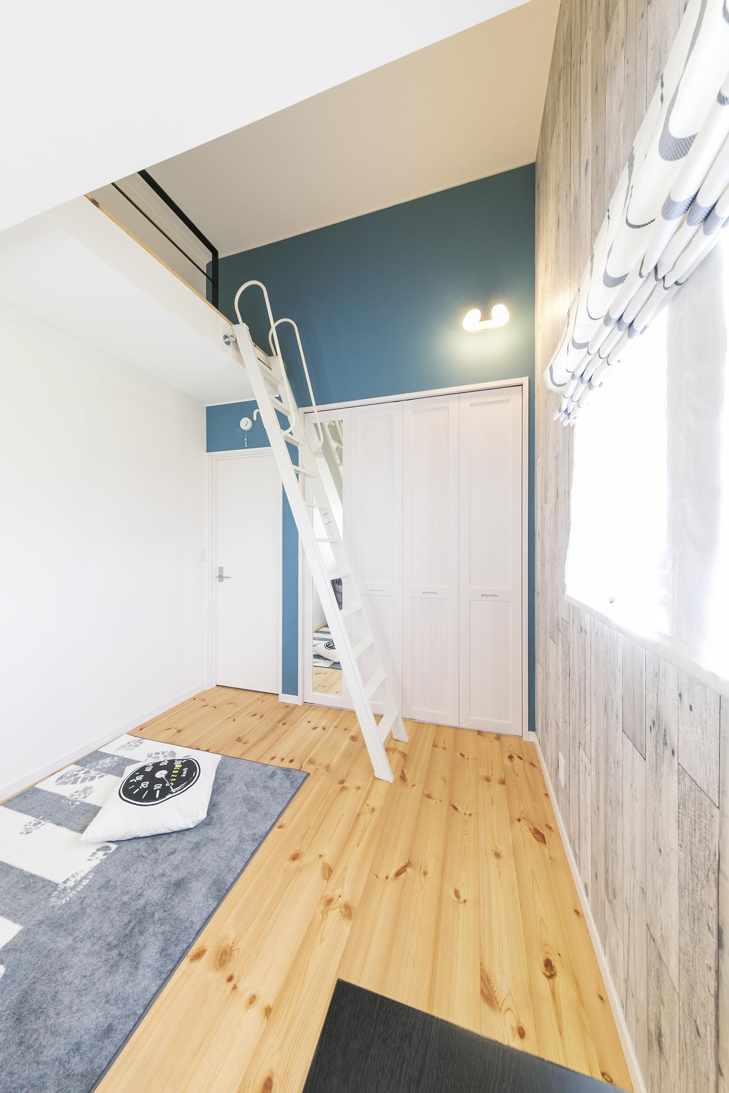 黒×白のガレージのある家の Kids room
