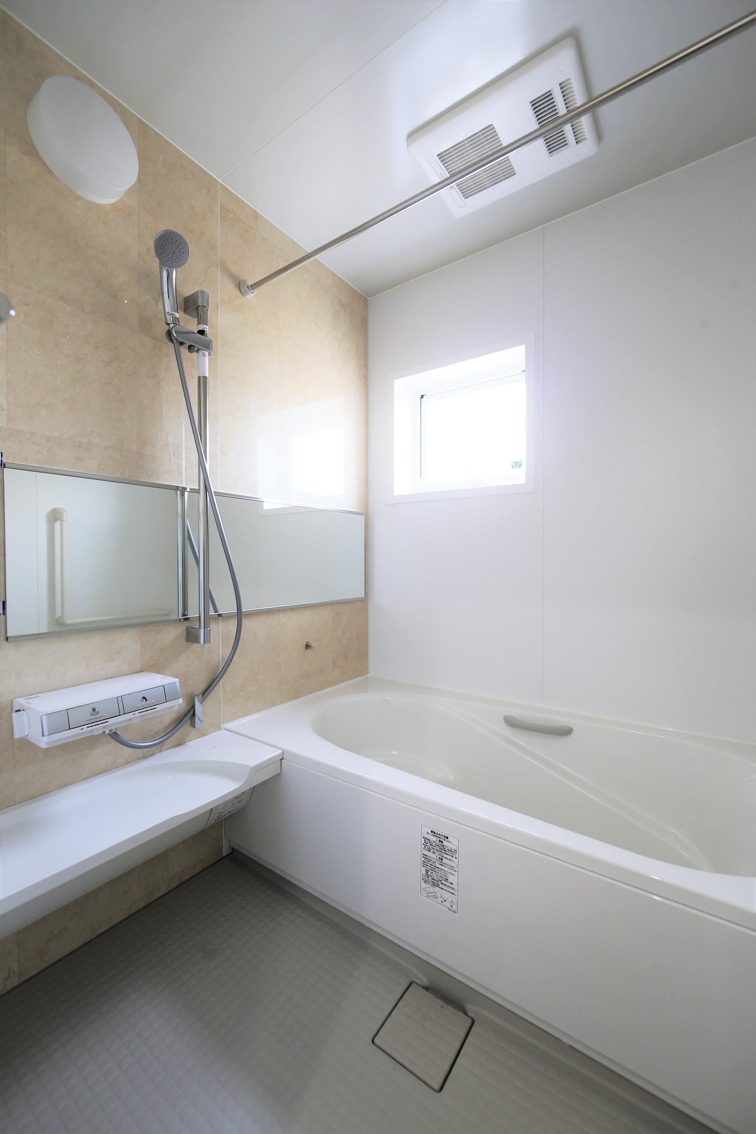 福山市の注文住宅|今井住建の施工事例ギャラリー「やっぱり白。掃除が簡単なタカラのお風呂。」