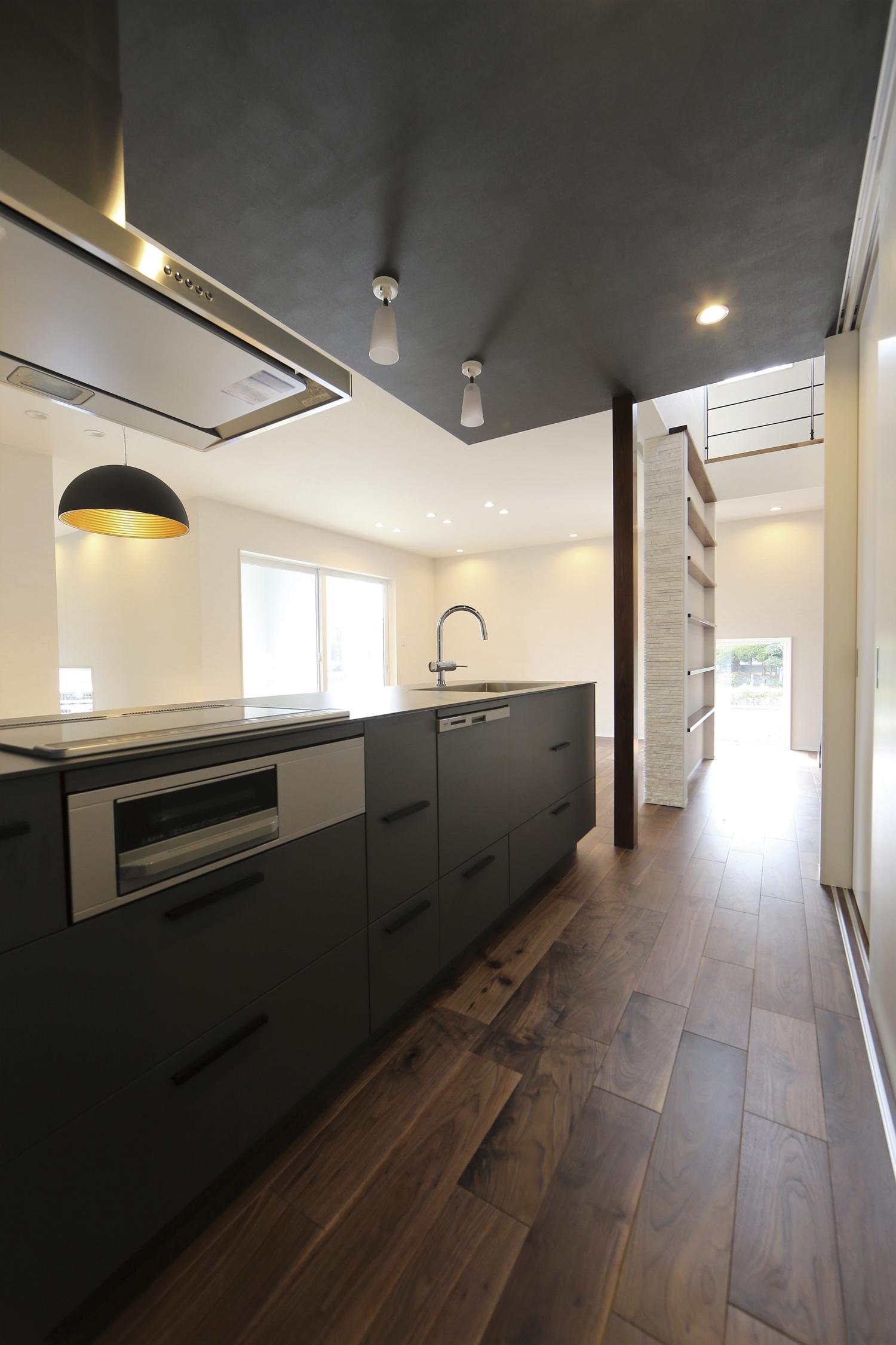 福山市の注文住宅|今井住建の施工事例ギャラリー「濃いグレーを基調としたキッチン」