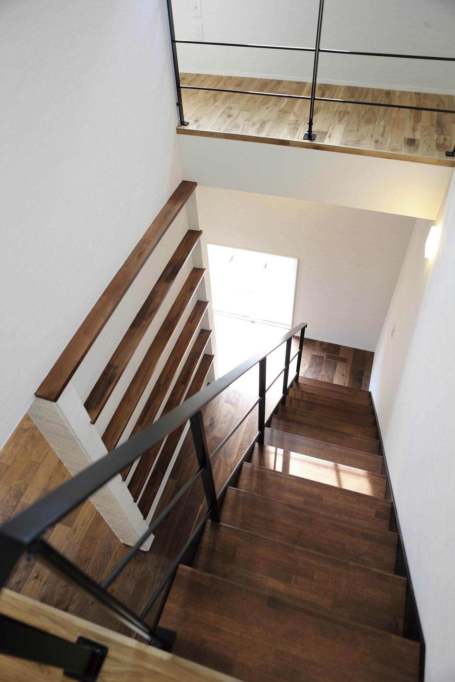 福山市の注文住宅|今井住建の施工事例ギャラリー「2階に続く棚が空間に広がりを」