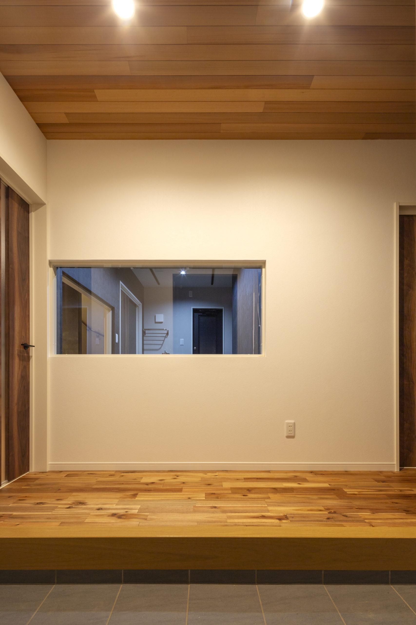 福山市の注文住宅|今井住建の施工事例ギャラリー「ガラス越しにアトリウムが見える玄関」