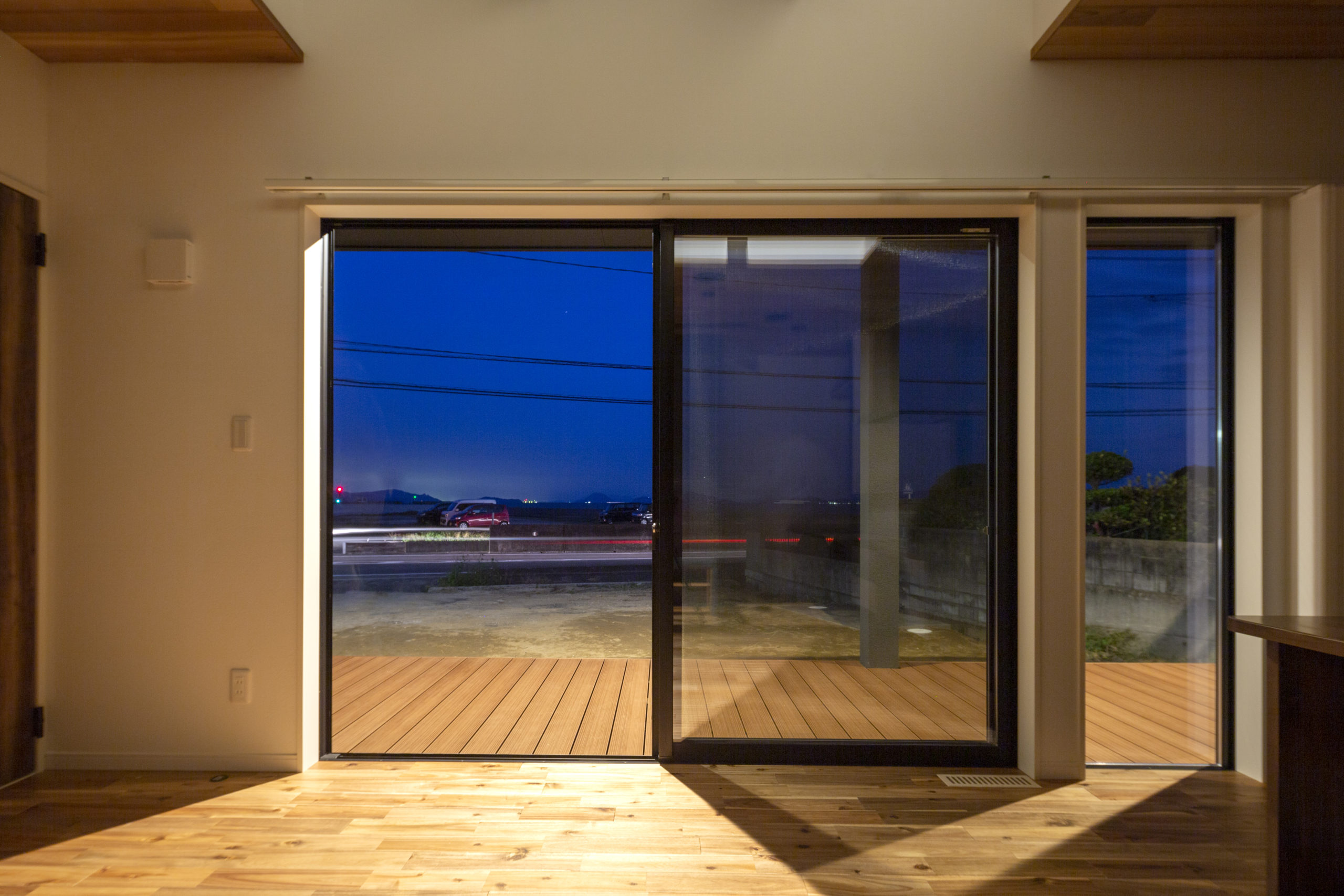 福山市の注文住宅|今井住建の施工事例ギャラリー「ウッドデッキに続く開放感のある大きな窓」