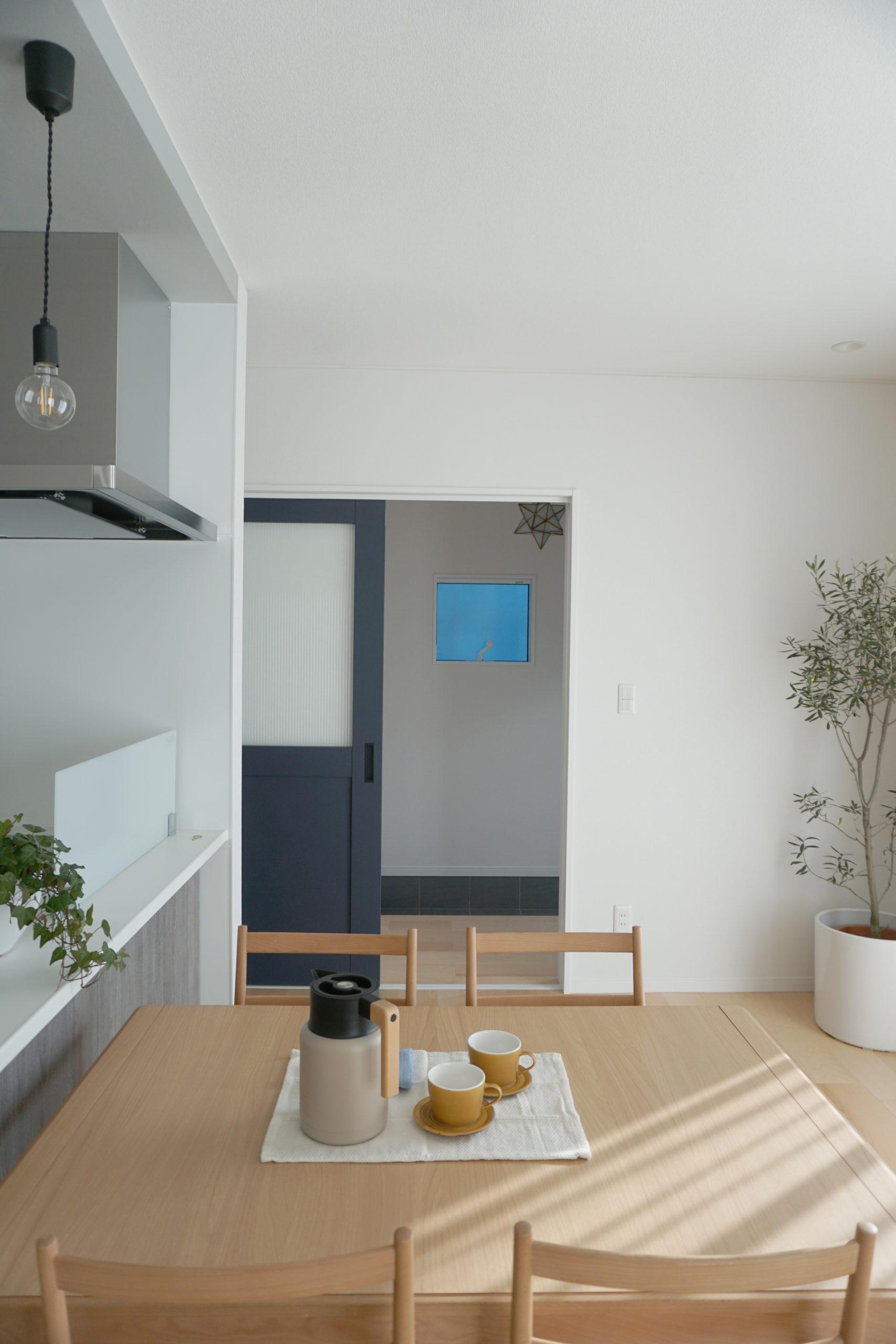 福山市の注文住宅|今井住建の施工事例ギャラリー「玄関とLDKの区切りはおしゃれな建具で」