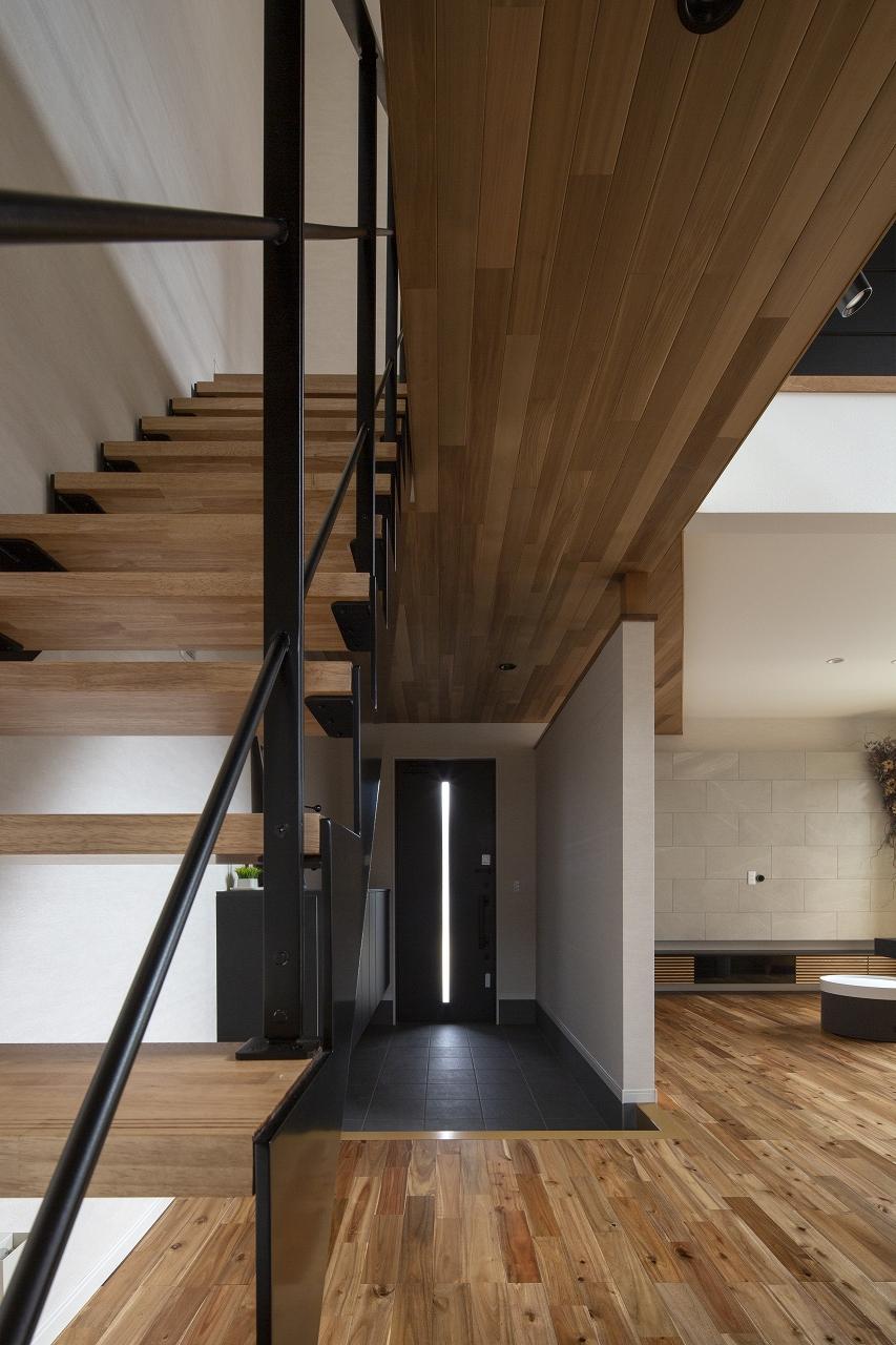 福山市の注文住宅|今井住建の施工事例ギャラリー「玄関から続くアイアン階段と羽目板の相性は◎」