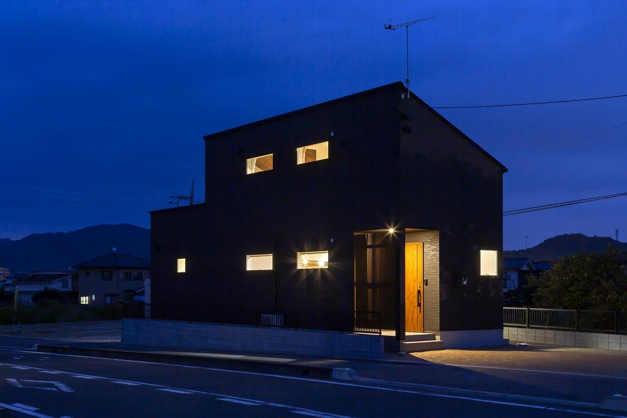 福山市の注文住宅|今井住建の施工事例ギャラリー「チークの玄関扉は黒のサイディングと相性◎」