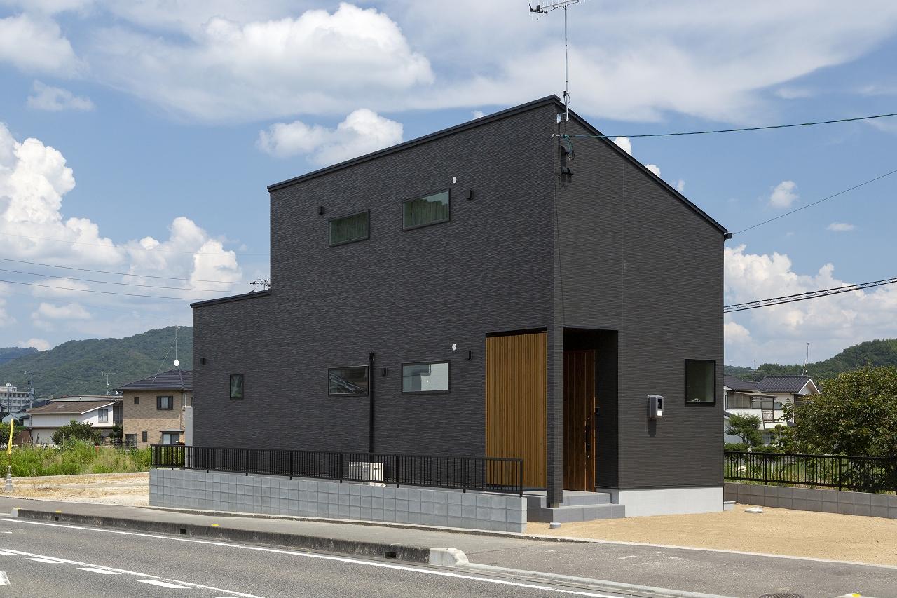福山市の注文住宅|今井住建の施工事例ギャラリー「木目の格子は、今井住建の大工さんが手作りです」